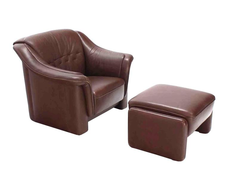 Pair of very nice Mid-Century Modern leather brown lounge chairs with adjustable matching ottomans. 24 x 23 x 16 ottoman.