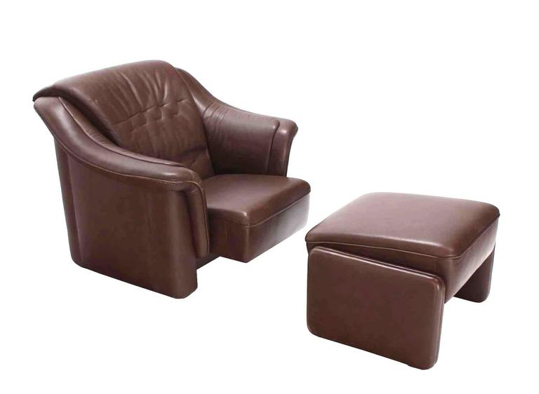 Mid-Century Modern Pair of Brown Leather Lounge Chairs with Ottomans For Sale