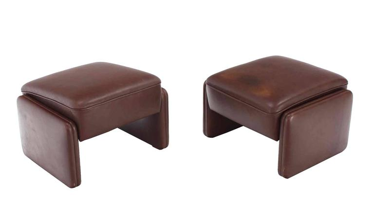 Pair of Brown Leather Lounge Chairs with Ottomans For Sale 1