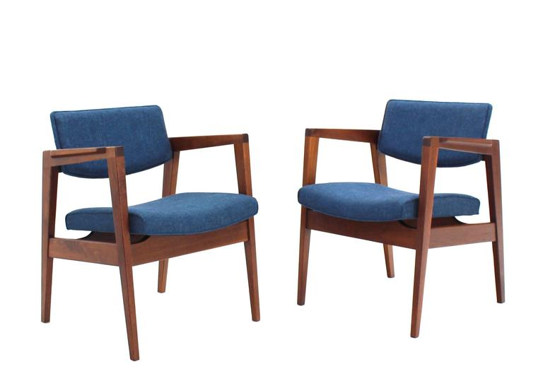 20th Century Solid Walnut Newly Upholstered Set Of Four Gunlocke Chairs  Risom Style For Sale
