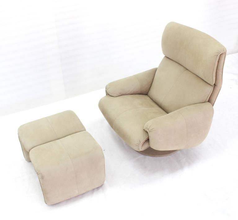 Very nice Mid-Century Modern swivel lounge chair with matching foot stool. 25 x 20 x 38 - ottoman.