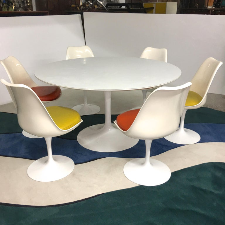 Mid-Century Modern Eero Saarinen for Knoll Round Tulip Dining Table with Six Tulip Chairs For Sale