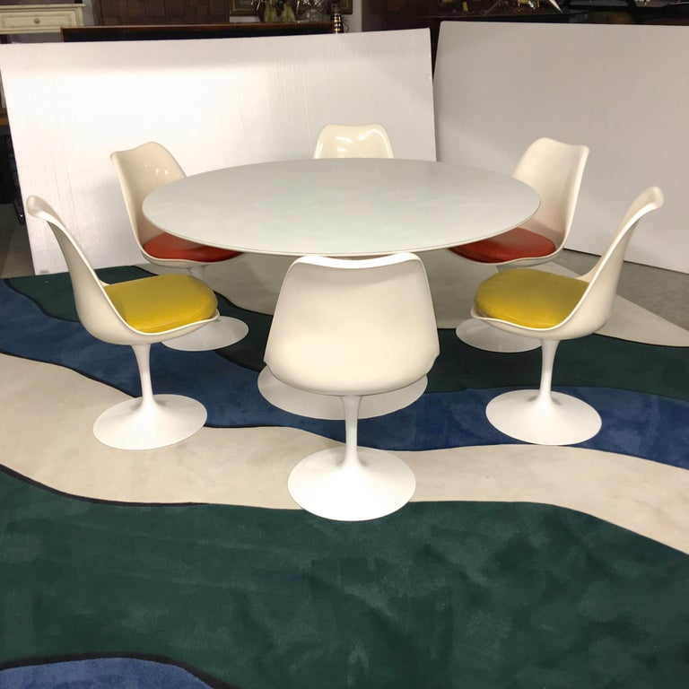 American Eero Saarinen for Knoll Round Tulip Dining Table with Six Tulip Chairs For Sale