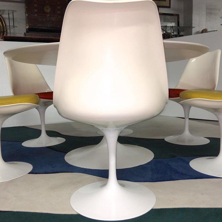 Powder-Coated Eero Saarinen for Knoll Round Tulip Dining Table with Six Tulip Chairs For Sale