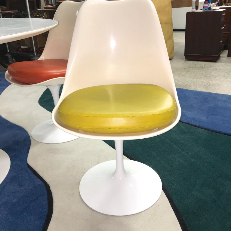 Eero Saarinen for Knoll Round Tulip Dining Table with Six Tulip Chairs In Good Condition For Sale In Hingham, MA