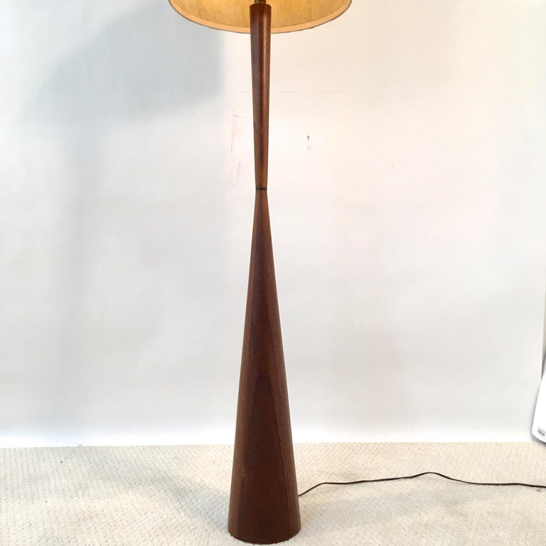 Walnut Hourglass Floor Lamp by Raymond Pfennig for Zina Lamp Co. In Good Condition For Sale In Hingham, MA