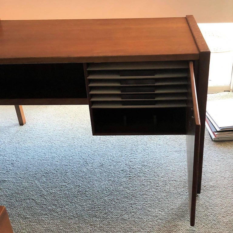 American Mid-Century Modern Desk with a Side Extension by Jens Risom For Sale
