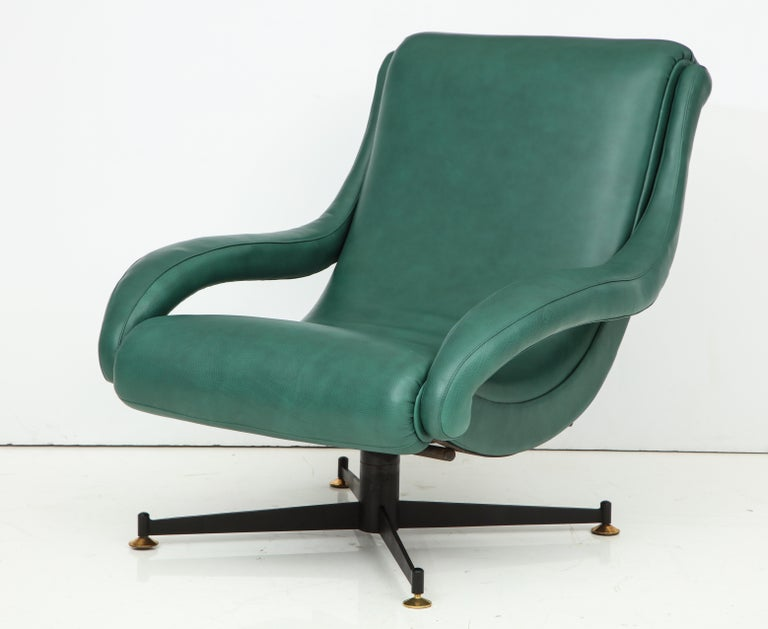 Mid-Century Modern Pair of Italian Lounge Chairs in Gucci Green Leather by Radice, circa 1950 For Sale
