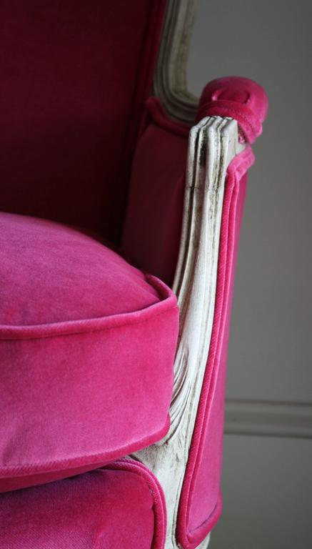 19th Century Louis XV Bergere Chair in Fuchsia Velvet For Sale 3
