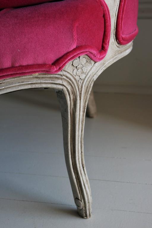 19th Century Louis XV Bergere Chair in Fuchsia Velvet For Sale 4