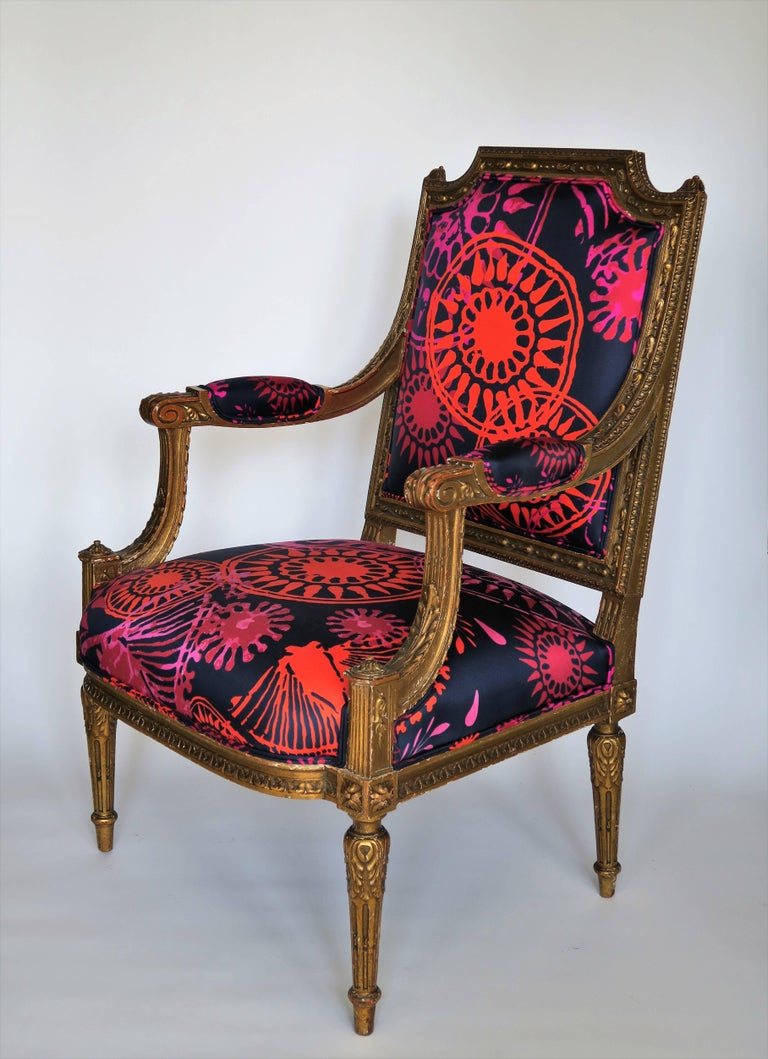 Louis XVI Style Gilded Armchair in Hand-Painted Italian Silk Fabric In Excellent Condition For Sale In New York, NY
