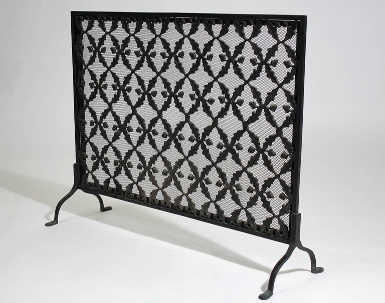 Great antique Arts & Crafts/Aesthetic Movement cast iron screen. Dates from the earth 20th century. Has acorns along the fire screen as decorations. In excellent antique condition and would be a great addition to any craftsman bungalow home.