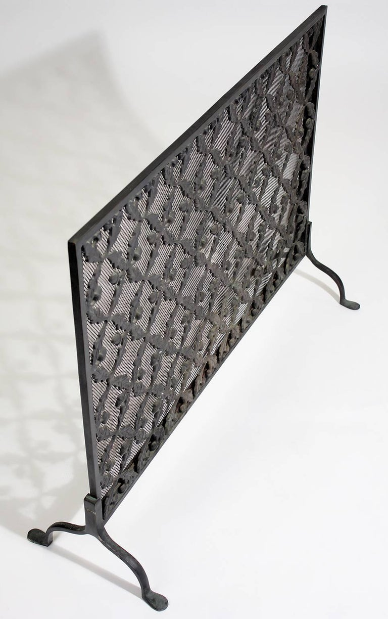 Antique Arts & Crafts/Aesthetic Movement Cast Iron Fire Screen with Acorn Motif In Excellent Condition For Sale In San Diego, CA