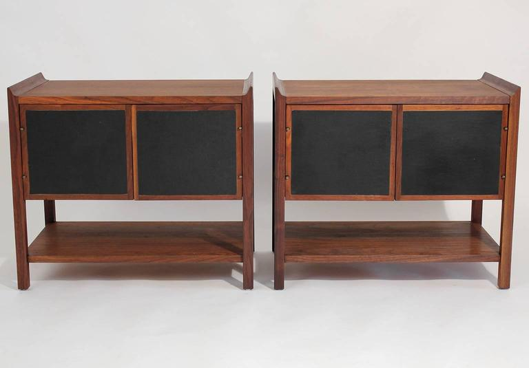 Mid-20th Century Pair of Dillingham Modernist American Walnut Nightstands End Tables For Sale