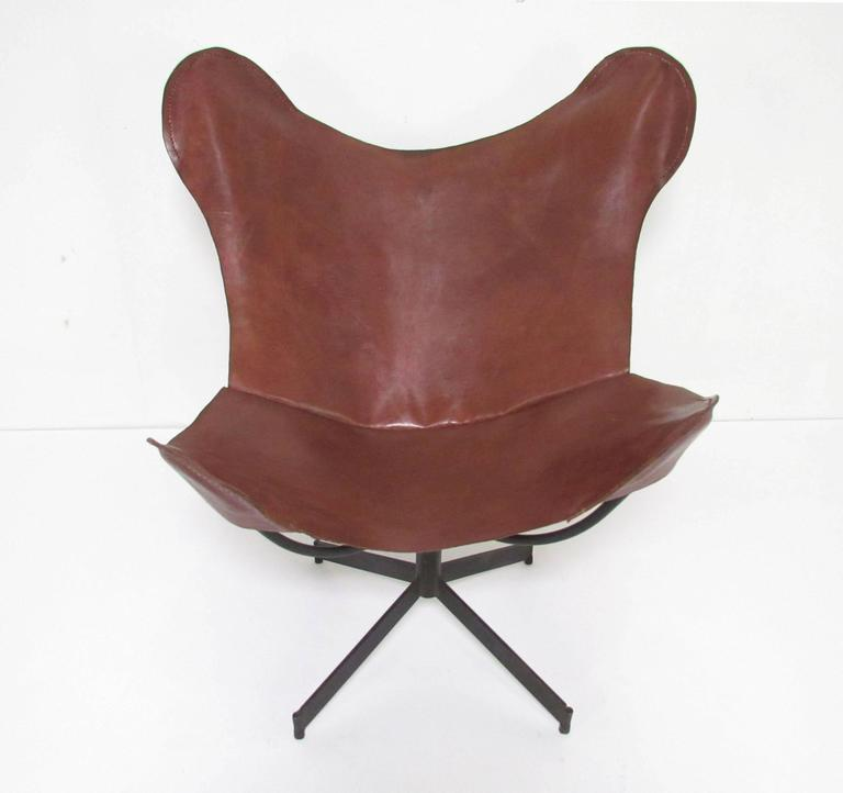 Swivel Leather Sling Lounge Chair by Leathercrafter, New York, circa 1960s In Good Condition For Sale In Peabody, MA