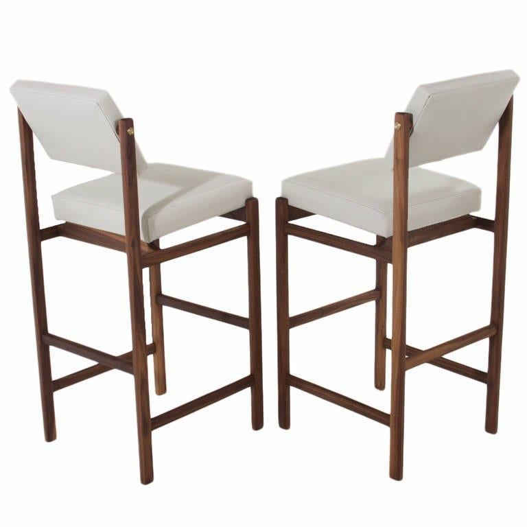 Basic Pivot Back Bar Stool in Walnut by Thomas Hayes Studio In Excellent Condition For Sale In Hollywood, CA