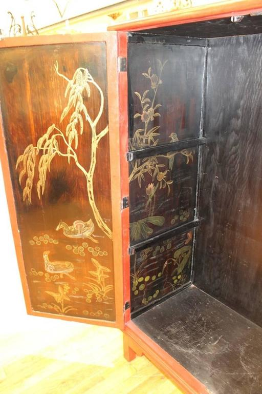 Chinoiserie Cabinet in Red and Black For Sale 3