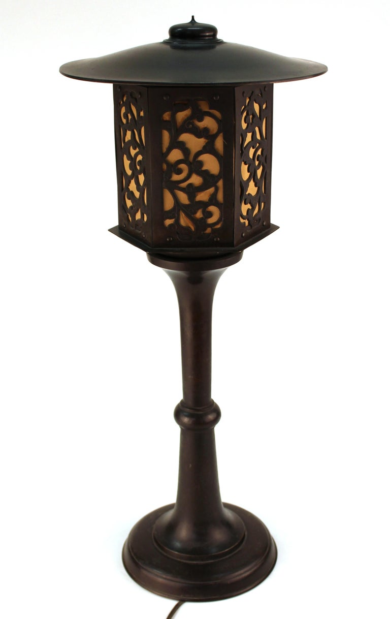 Japanese Meiji period table lamp in shape of a lantern. The piece is made in bronze and was made in Japan in the 19th century. In great vintage condition with age-appropriate patina.