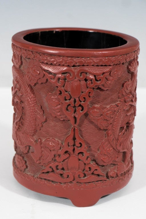 Antique Daoguang Period Chinese Carved Cinnabar Pot with Two Dragons In Good Condition For Sale In New York, NY