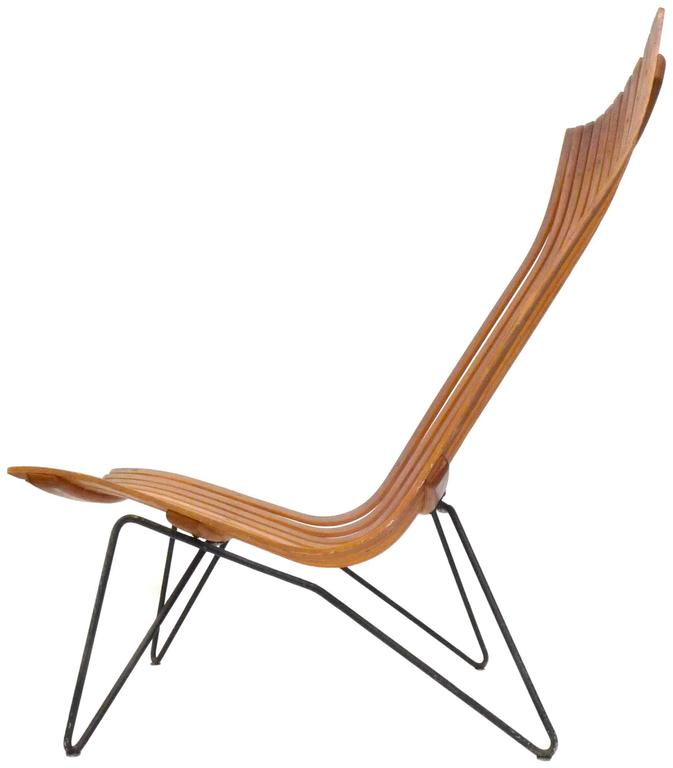 An elegant and modern Scania Senior lounge chair by Hans Brattrud for Hove Möbler, Norway. Steam-bent rosewood slats rest on a frame of painted, bent steel sporting footed, hairpin legs. Part of the award-winning Scania series, an impressive, modern