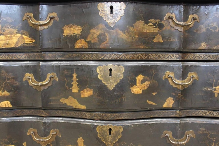 Rare Mid-18th Century Chinese-Export Serpentine Lacquer Commode For Sale 6