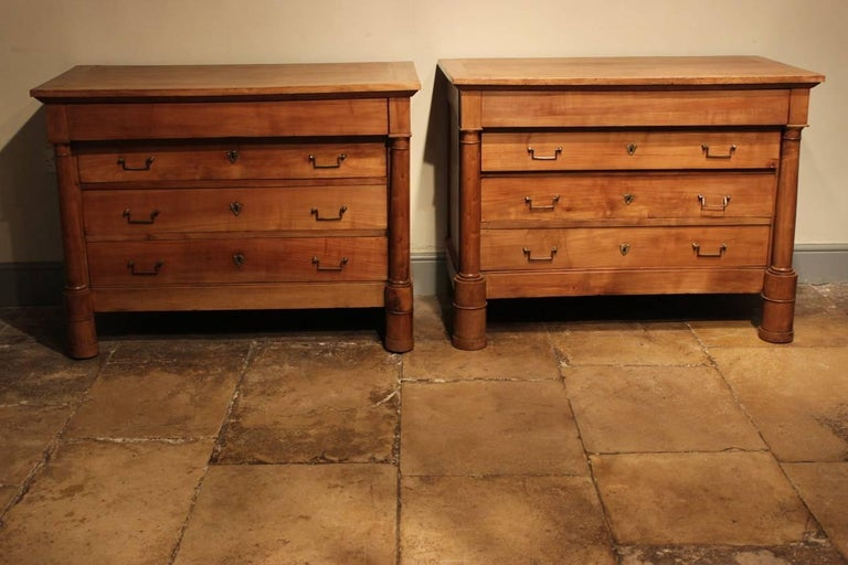 Good Matched Pair of 19th Century French Walnut Commodes In Excellent Condition For Sale In Gloucestershire, GB