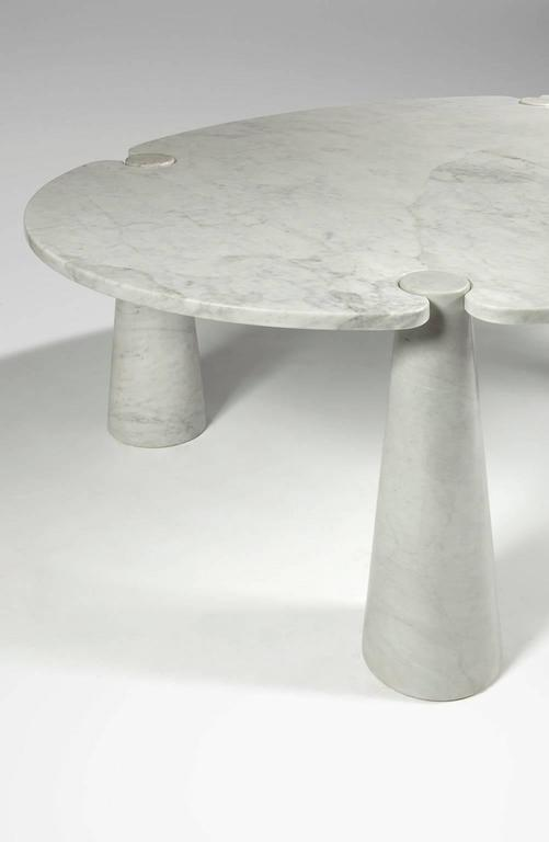 Circular top fitted in four conic legs. Marble Carrara.