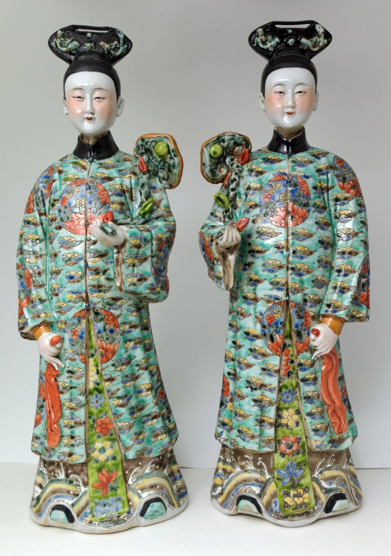 A lovely pair of Chinese export porcelain figures of court ladies with nodding heads.