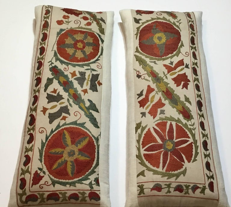 Beautiful pair of pillows made of hand embroidery silk of vine and flowers motifs, on a cream color background. Linen backing, frash down and feather