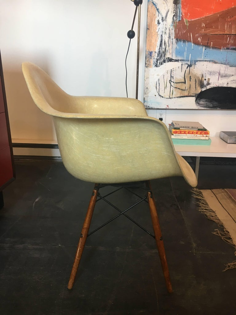 Mid-Century Modern Charles & Ray Eames Dowel Leg Swivel Paw Armchair by Herman Miller, 1949 For Sale