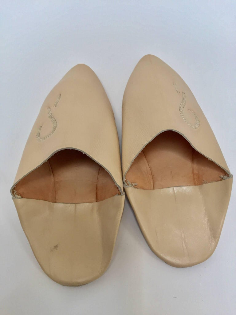 Moroccan Hand Tooled Leather Slippers In Excellent Condition For Sale In Los Angeles, CA