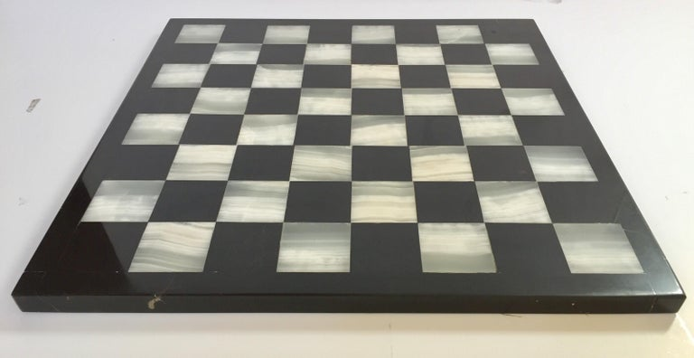 20th Century Vintage Marble Chess Board with Hand Carved Black and White Onyx Chess Pieces For Sale