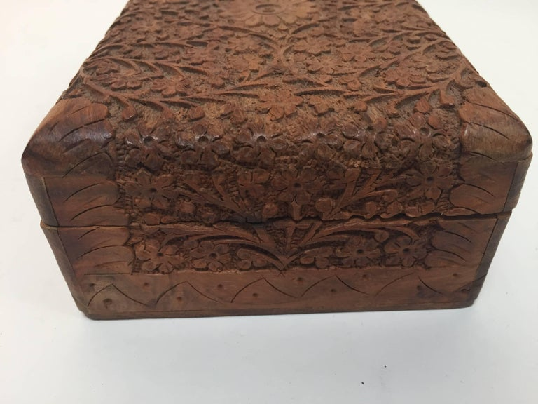 Anglo Raj Hand-Carved Decorative Jewelry Box In Good Condition For Sale In North Hollywood, CA