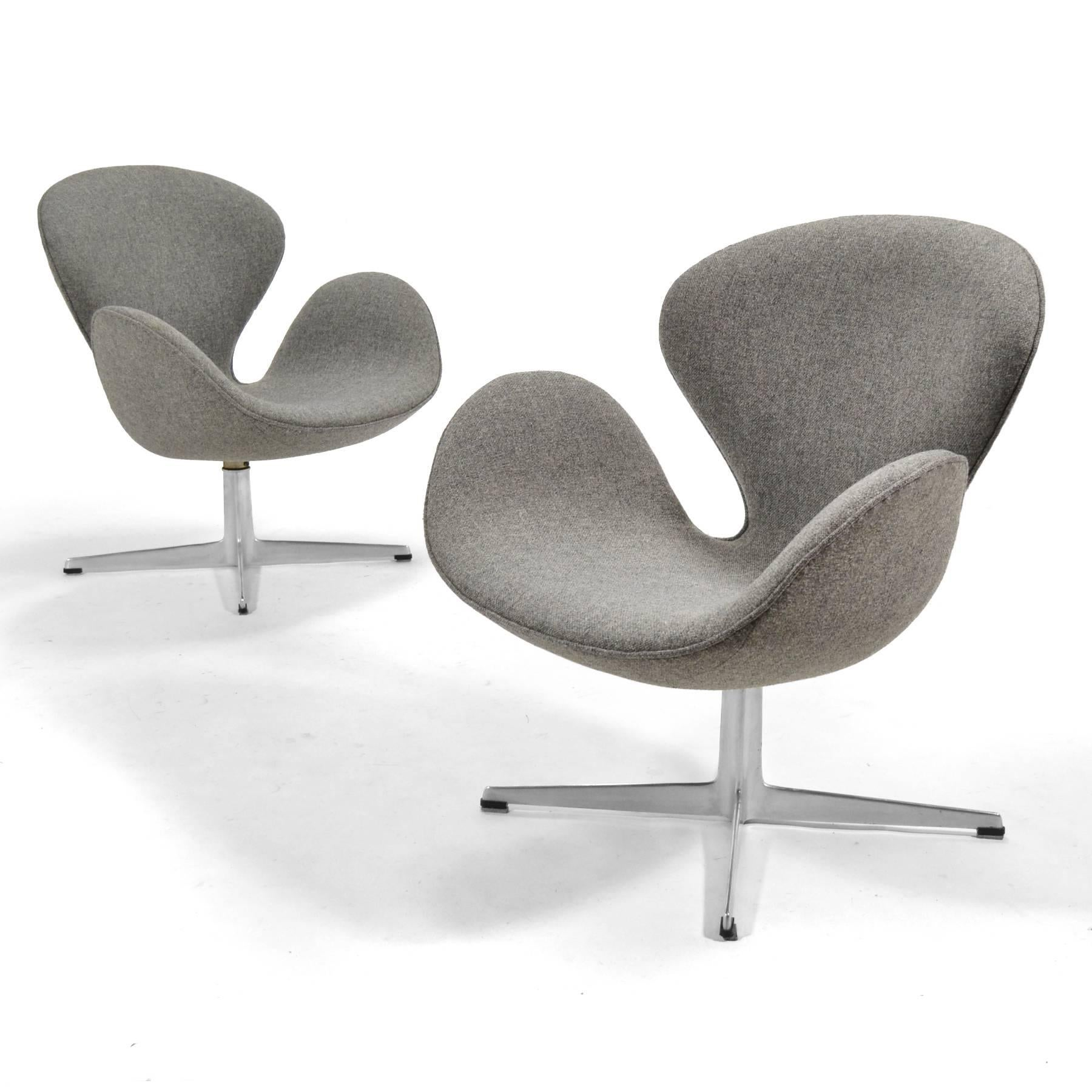 Arne Jacobsen Pair Of Swan Chairs By Fritz Hansen For Sale 1