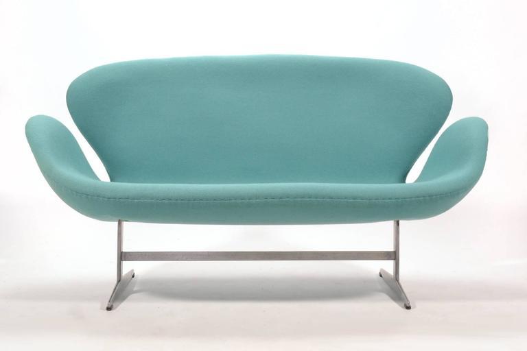 Mid-Century Modern Arne Jacobsen Swan Sofa by Fritz Hansen For Sale