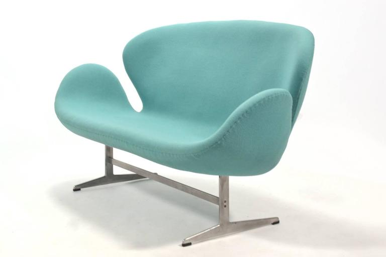 Danish Arne Jacobsen Swan Sofa by Fritz Hansen For Sale