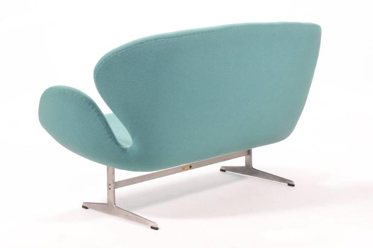Arne Jacobsen Swan Sofa by Fritz Hansen In Excellent Condition For Sale In Highland, IN