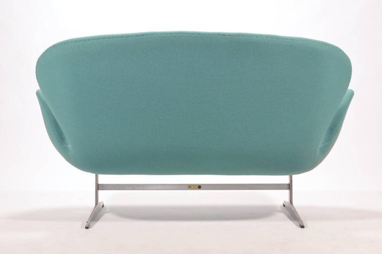 Mid-20th Century Arne Jacobsen Swan Sofa by Fritz Hansen For Sale