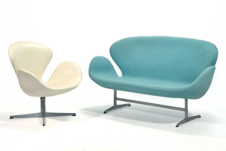 Arne Jacobsen Swan Sofa by Fritz Hansen For Sale 1