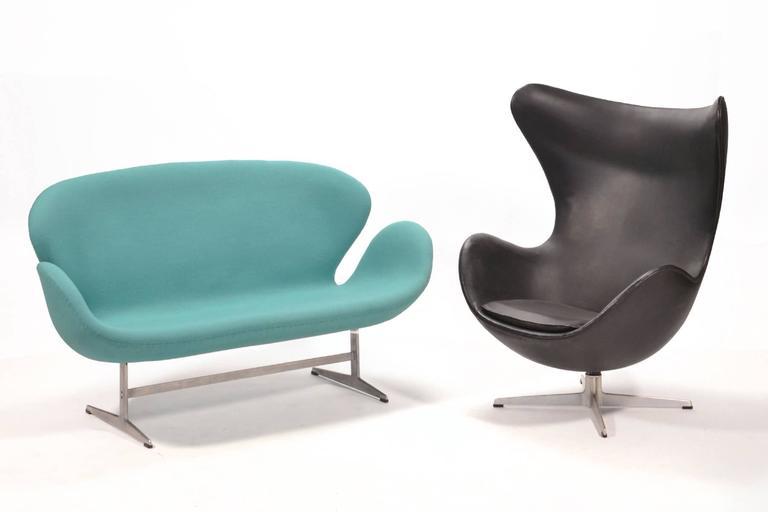 Arne Jacobsen Swan Sofa by Fritz Hansen For Sale 2