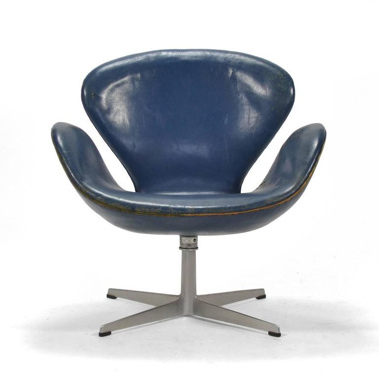 Arne Jacobsen Swan Chair in Original Blue Leather by Fritz Hansen 3