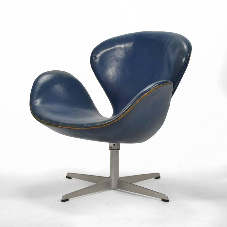 Danish Arne Jacobsen Swan Chair in Original Blue Leather by Fritz Hansen For Sale