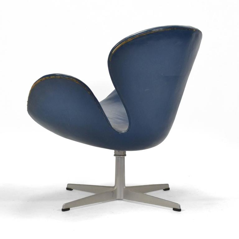 Mid-20th Century Arne Jacobsen Swan Chair in Original Blue Leather by Fritz Hansen For Sale