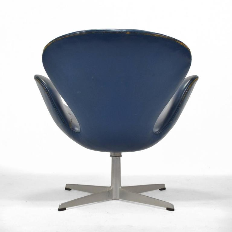 Aluminum Arne Jacobsen Swan Chair in Original Blue Leather by Fritz Hansen For Sale
