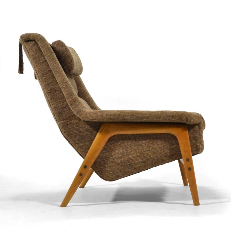 This generous lounge chair designed by Folke Ohlsson for DUX is remarkably comfortable. It shares qualities with the womb chair by Eero Saarinen but has angular lines rather than the curvy organic form of the womb chair. The upholstered body is