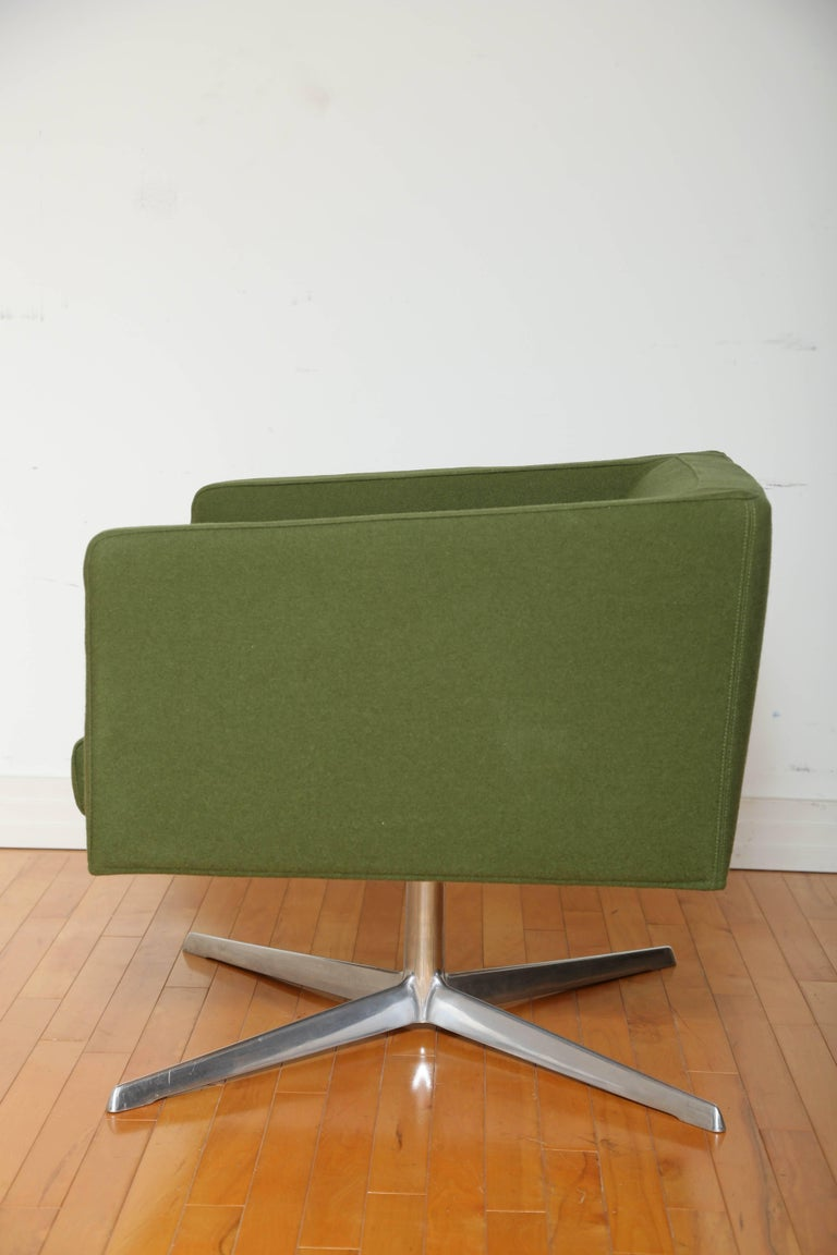 Contemporary Mid-Century Modern Style Swivel Lounge Chair by Verzelloni For Sale