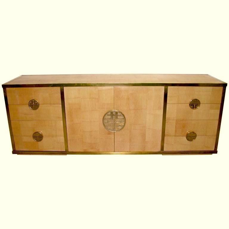 Unique 1970s Italian sideboard/credenza by the Architect Giacomo Sinopoli as designer, in rare solid palm wood, with an orientalist chinese modern style, high quality of execution with a central door and four drawers on each side, decorated with