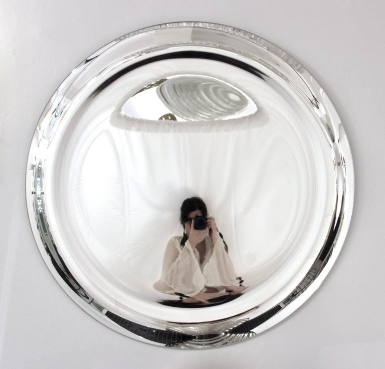 Contemporary Italian Minimalist Curved Silver Glass Round Mirror In Excellent Condition For Sale In New York, NY