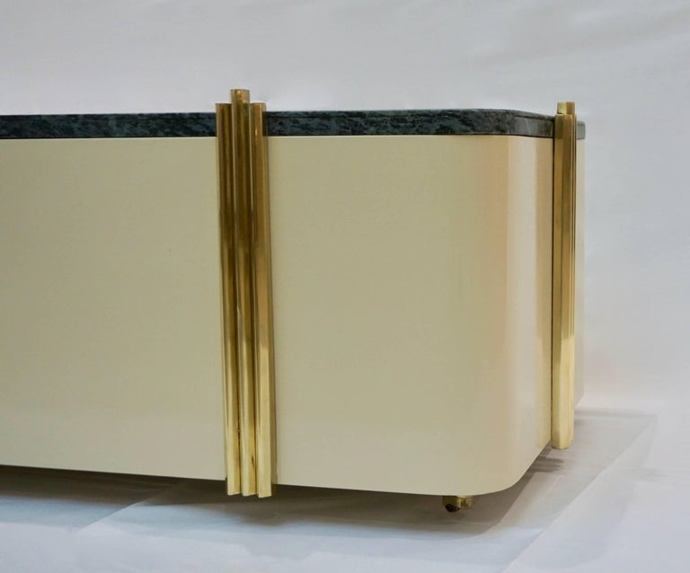 1970s Art Deco Green Marble and Cream White Lacquered Coffee Table or Bench In Excellent Condition For Sale In New York, NY