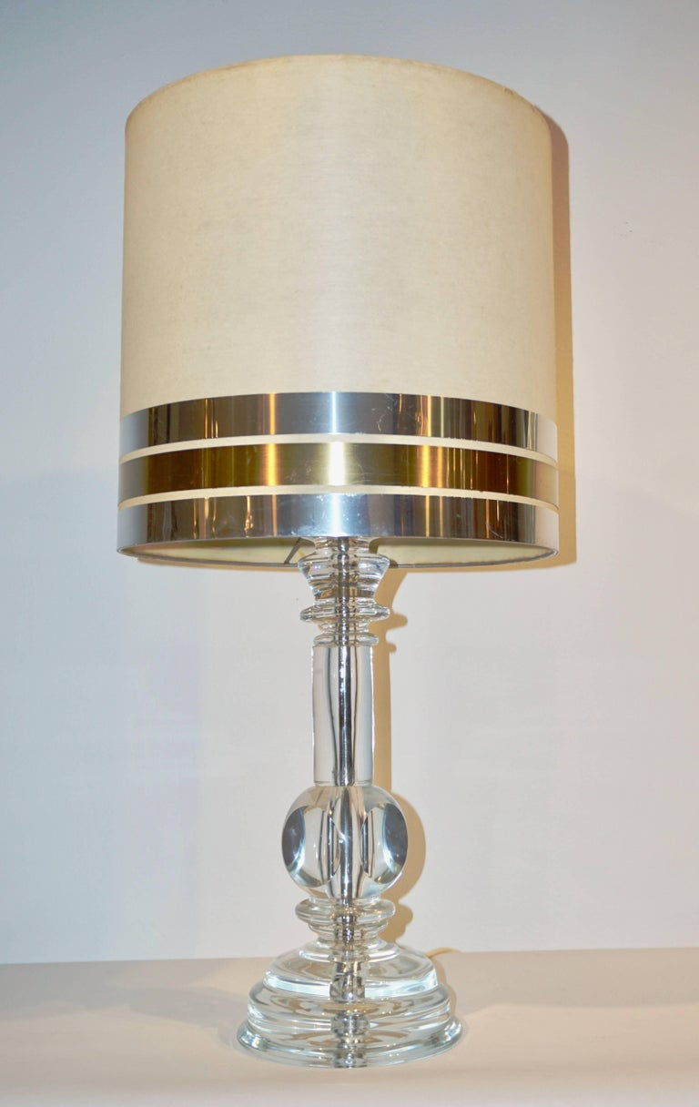 Italian, 1970s pair of vintage table lamps in high quality sparkling crystal with a sleek modern design. The handcut crystal stepped bases are individually handcrafted in a whole piece surmounted by cubes with sophisticated cut sides. A very elegant